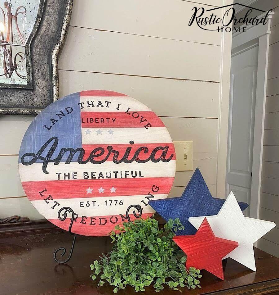 C'est la meilleure idée de décoration d'été!  Créez votre propre panneau en bois de drapeau américain à l'aide de ce didacticiel de décoration d'intérieur à thème patriotique et économique.