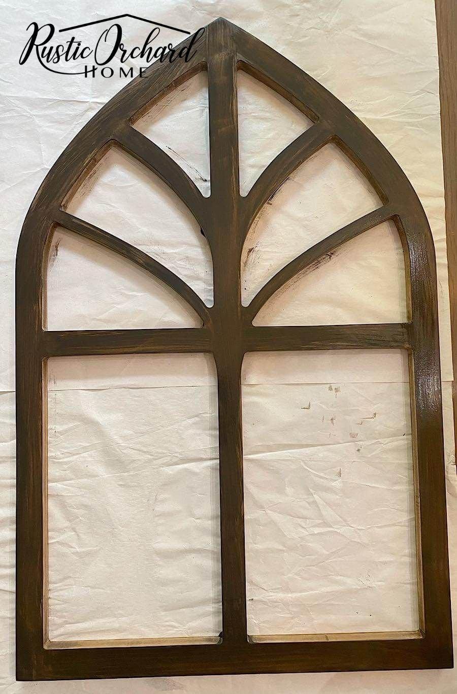 Cette idée de décoration murale DIY Cathedral Arch est totalement personnalisable !  Prenez simplement la découpe de l'arche en bois vierge et votre peinture préférée.