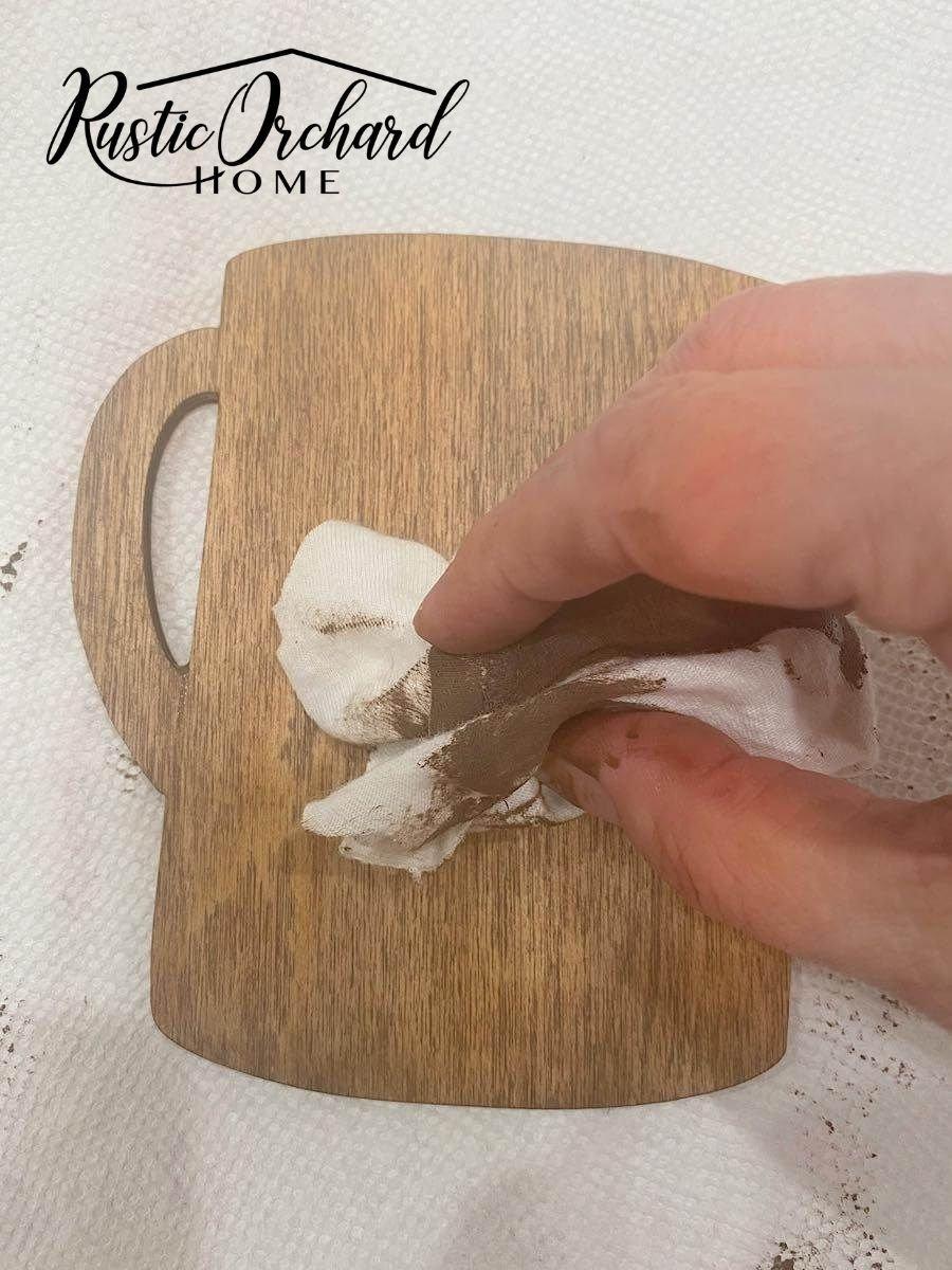 Ce panneau de café bricolage facile est parfait pour votre cuisine de ferme ou votre café-bar!