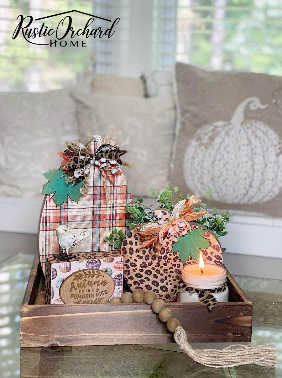 Faire vos propres citrouilles de découpage est facile!  Laissez-moi vous montrer comment utiliser des découpes de citrouilles en bois et du papier brouillon pour décorer pour l'automne.