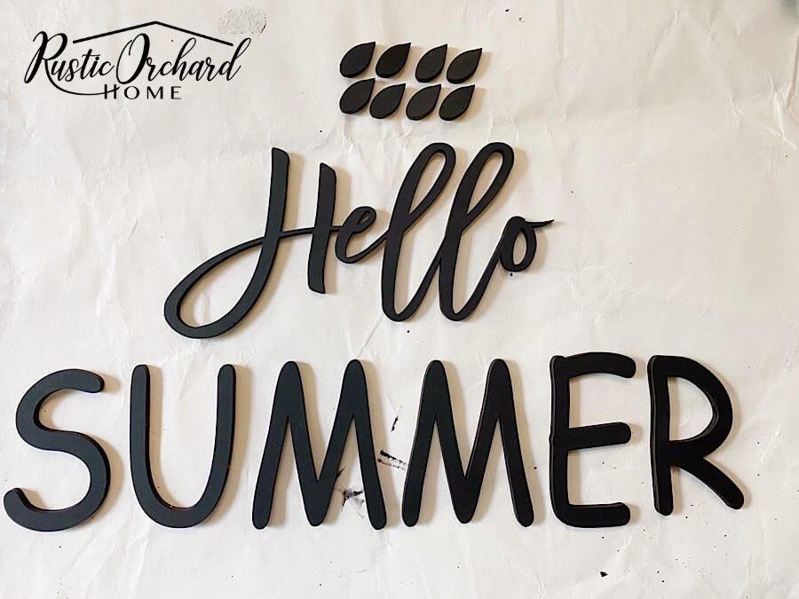 Habiller votre porte d'entrée pour l'été est super facile lorsque vous utilisez un kit de bricolage !  Avec ce kit d'accroche-porte Hello Summer facile à assembler, tout ce dont vous avez besoin pour créer un décor de porte d'été est de la peinture, de la colle et des ornements.  Laissez-moi vous montrer à quel point celui-ci est facile à assembler!