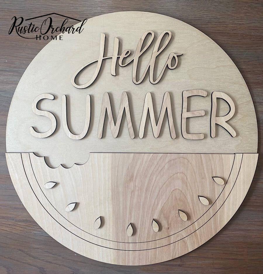 Habiller votre porte d'entrée pour l'été est super facile lorsque vous utilisez un kit de bricolage !  Avec ce kit d'accroche-porte Hello Summer facile à assembler, tout ce dont vous avez besoin pour créer un décor de porte d'été est de la peinture, de la colle et des embellissements.  Laissez-moi vous montrer à quel point celui-ci est facile à assembler!