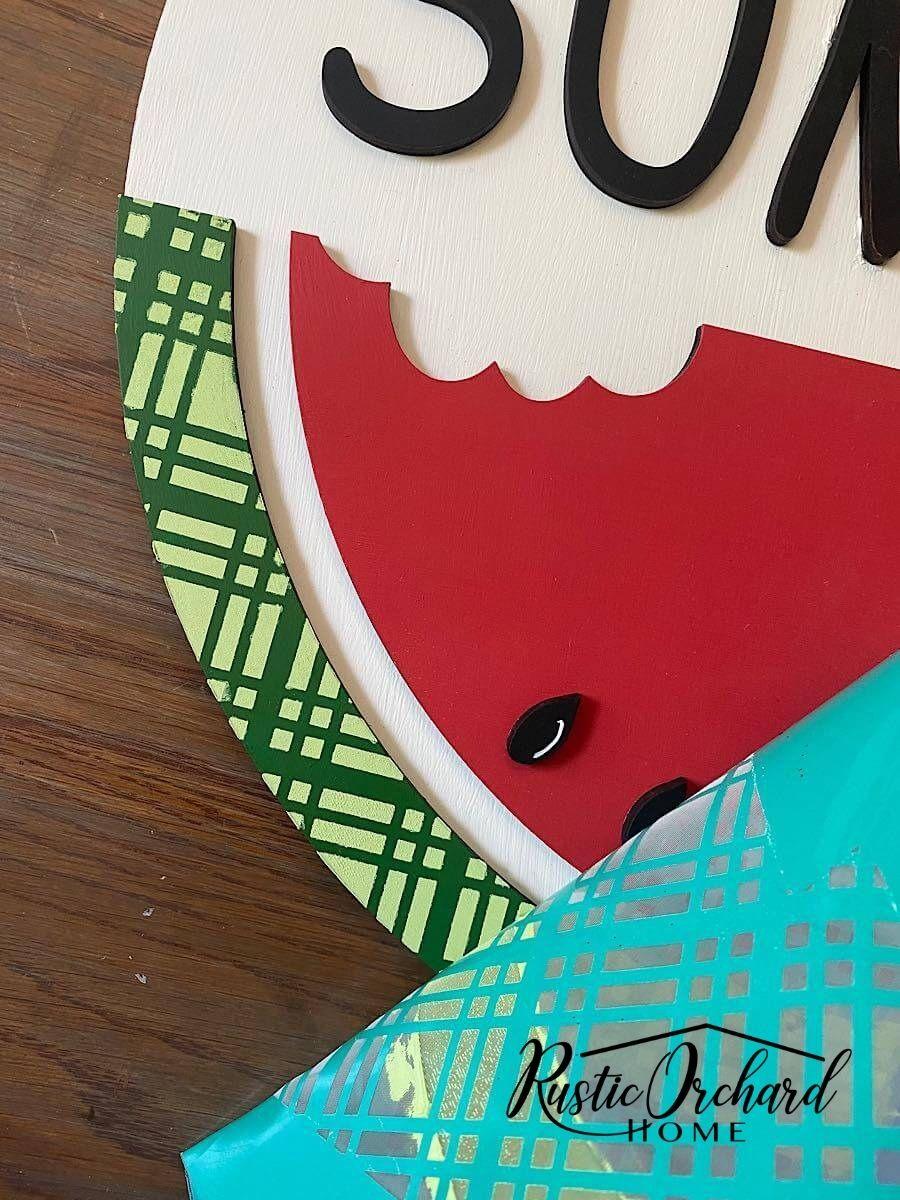 Habiller votre porte d'entrée pour l'été est super facile lorsque vous utilisez un kit de bricolage !  Avec ce kit d'accroche-porte Hello Summer facile à assembler, tout ce dont vous avez besoin pour créer un décor de porte d'été est de la peinture, de la colle et des embellissements.  Laissez-moi vous montrer à quel point celui-ci est facile à assembler !